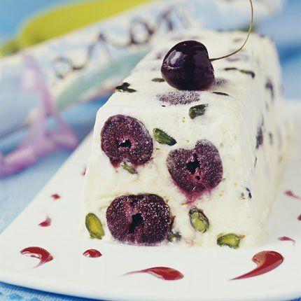 Recette Nougat glacé aux cerises. De délicieuses recettes à base de cerise sur : www.enviedebienmanger.fr