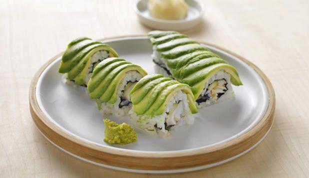 Dragemaki er en lekker sushi toppet med avokado. I denne oppskriften er den fylt med torsk og grønnsaker. Det er beregnet 4 biter til hver porsjon.