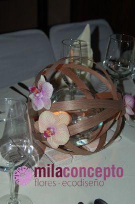 Original centro de mesa de esfera de madera decorada con orquídea phalaenopsis y vela flotante.