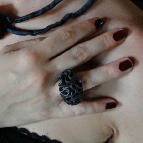 Lobo nero. Anello in porcellana Limoges nera di Patotype su DaWanda.com