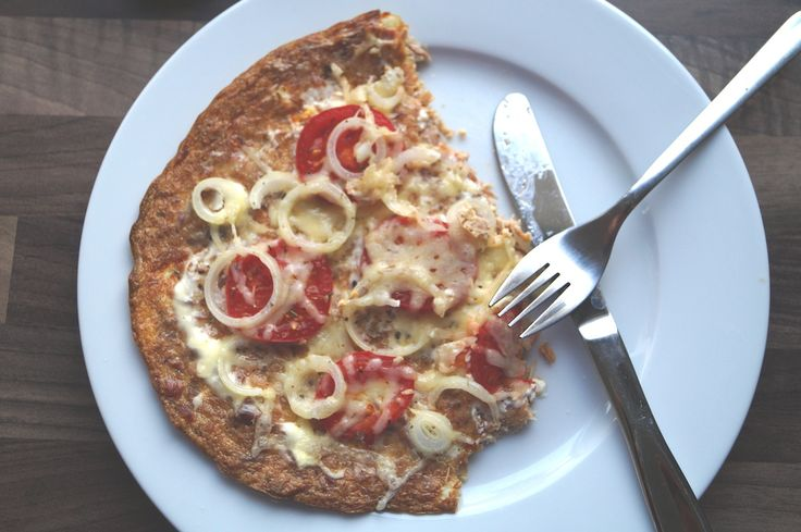 Also diese Pizza gehört ab jetzt definitiv zu einem MUSS in dem Speiseplan von Fit_Ttrio, dem Fitnessblog aus Braunschweig! Um euch die Angst vor zu intensiven Thunfischgeschmack vorweg zu nehmen: Je nachdem mit was ihr die Pizza belegt, kann der Geschmack in verschiedene Richtungen gehen! Den Thunfisch schmeckt man eigentlich nur sehr milde heraus! Auf jeden Fall ist dieser Pizzaboden 354534 mal geiler als der Boden einer Tiefkühlpizza! Und so wird's gemacht Für den Teig zuerst eine Dose...