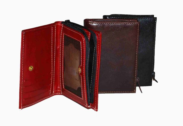 Praktická kožená peňaženka vyrobená z prírodnej kože. Kvalitné spracovanie a talianska koža. Ideálna veľkosť do vrecka a značková kvalita pre náročných. Overená kvalita pravej kože.  2 x oddelenie na bankovky 1 x vrecko na mince 2 x oddelenie na doklady 8 x vrecko na platobné karty 5 x ploché vrecko  http://www.odora.eu/produkt/kozena-penazenka-c-8361/
