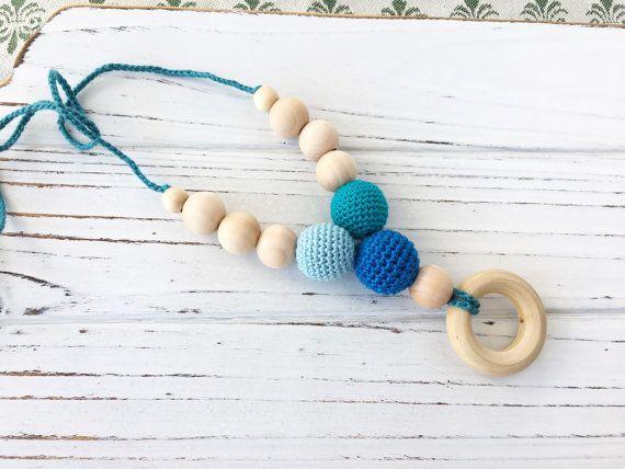 Juguete de dentición de madera mordedor - anillo de ducha del bebé de collar - collar azul, turquesa-dentición - Mordillo - menta - Boho - azul - de enfermería-  Perlas de ganchillo son 7/8 de diámetro. Madera redondo colgante: madera 100% Natural sin terminar, 1,5 de diámetro Longitud de la cuerda del algodón del ganchillo es alrededor de 36 pulgadas. Colores de hilo de algodón: azul claro, azul real, turquesa Atención: Perlas joyas de ganchillo pueden ser mano lavada con jabón suave, seco…