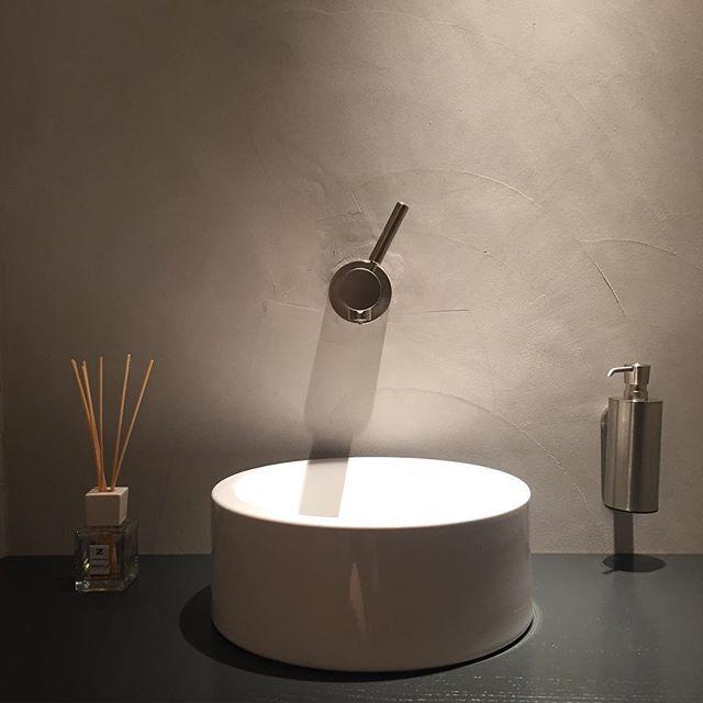 Mijn flesje geurolie van @millefiorimilano is bijna leeg. Heeft iemand een tip voor een nieuwe geur? -------------------------------------- #geurolie #millefiori #geurstokjes #toilet #bathroom #dornbracht #kartell #betoncire #interior #interiör #interieur #interiordesign #interiores #bloosz #walldecorating #sanitair