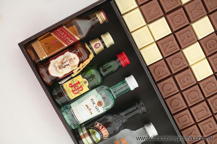 Caja Premium Bodega.  Chocotelegrama de 70 chocolatitos con mensaje personalizado, 8 botellitas miniatura y 2 copitas para brindar.