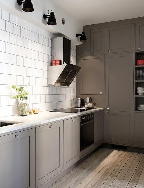 carrara, vitt kakel, grå fog, lutat golv, grått kök, utampåliggande stommar