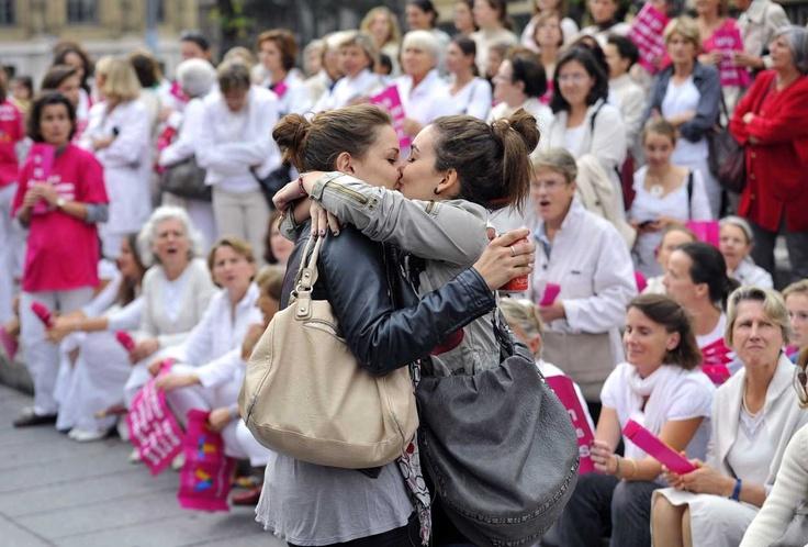 Julia et Auriane se sont embrassées le 23 octobre en pleine rue à Marseille, dans le sud de la France, lors d'une manifestation anti-mariage gay. Gérard Julien/AFP