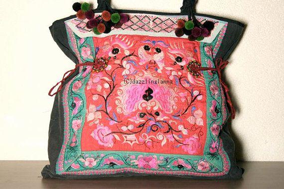 Hinweis: > Seltene VINTAGE Stoff! Es sieht alt, wie es Jahrgang ist. > Sie akzeptieren die Tasche, wie es ist oder wie es aussieht.  ****************************************  Diese schöne Tasche wird mit zwei Hmong Baby Carrier und Baumwolle-Stoff hergestellt. Der äußere Teil der Tasche ist aus der Hmong Kind Träger selten Authenthic Stücke mit einzigartigen Stickereien gefertigt. Den Gurt aus Baumwolle Stränge dekoriert mit Pom-Pom gefertigt. Und das Futter ist aus Baumwollgewebe…