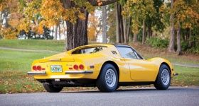 Wurzeln im Rennsport, großartiges Design, hervorragendes Handling, ruhmreiche TV-Karriere (in der Serie Die 2) – der Dino hatte eigentlich alles, um ein großer Ferrari zu werden – nur eben keinen V12. Dabei war das Konzept des kleinen Mittelmotorsportwagens rückblickend ein Meilenstein in der Geschichte von Ferrari, sodass der Dino heute zu Recht den prestigereichen Namen des Hauses trägt. Nicht zuletzt diese späte Anerkennung sorgte dafür, dass die Preise für Ferrari Dino 246 GT und GTS in…