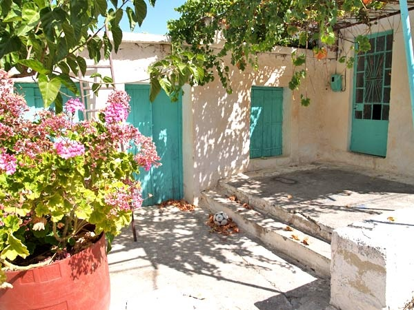 In a small village close to amenities and facilities and just a few minutes driving from the long sandy beach of Georgioupolis, on a plot of approx. 350m² an old one level village house of 75m² is for sale, consisting of 5 rooms and in need of renovation...