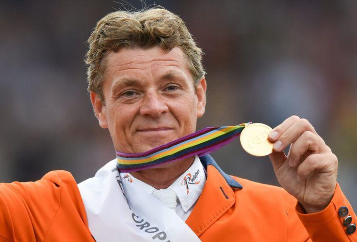 De Nederlandse vlag wordt tijdens de openingsceremonie gedragen door Jeroen Dubbeldam
