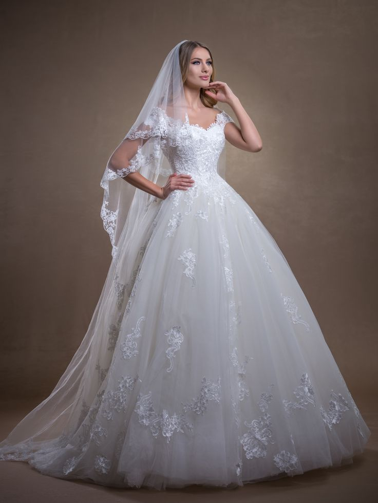 Hermes | La Novia. Hermes este mai mult decat speciala, este o rochie de mireasa care impresioneaza prin....
