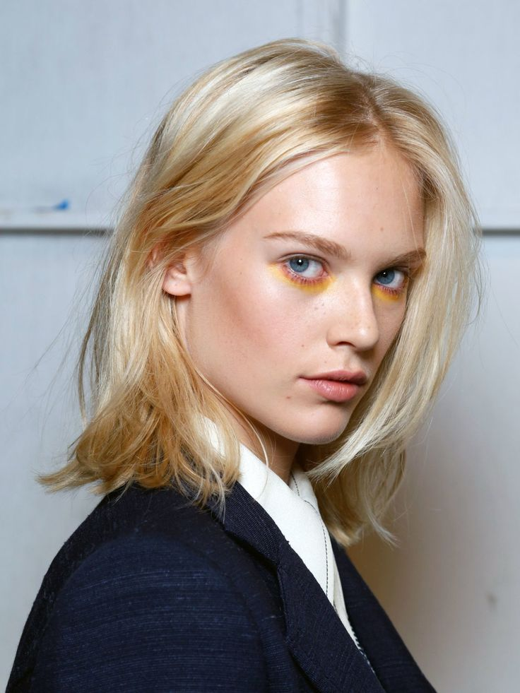 Eine einfach zu stylende Frisur gesucht? Dieser Look mit fransig geschnittenen Spitzen sieht zum Mittelscheitel sehr schön lässig aus und kann von elegant bis messy in allen Varianten gestylt werden.