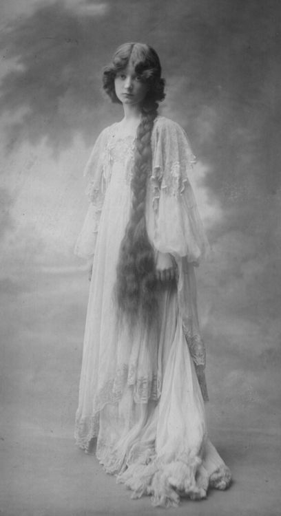 ↢ Bygone Beauties ↣ vintage photograph of Yoi Crosse (1877-1944), a British writer and model.