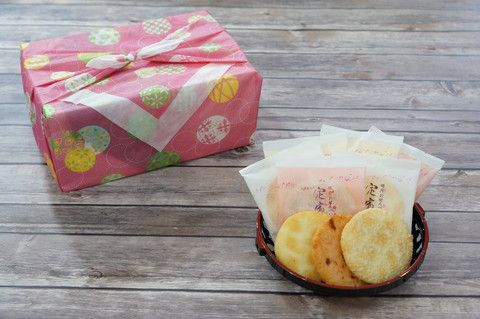 September Snakku Japanese Snack Box filled with locally made Kyoto Senbei rice crackers. These handmade senbei is made by grilling over charcoal and lightly brushing it with oil and soy sauce. There were 3 amazing flavors: shrimp, sugar glazed, and sea salt.