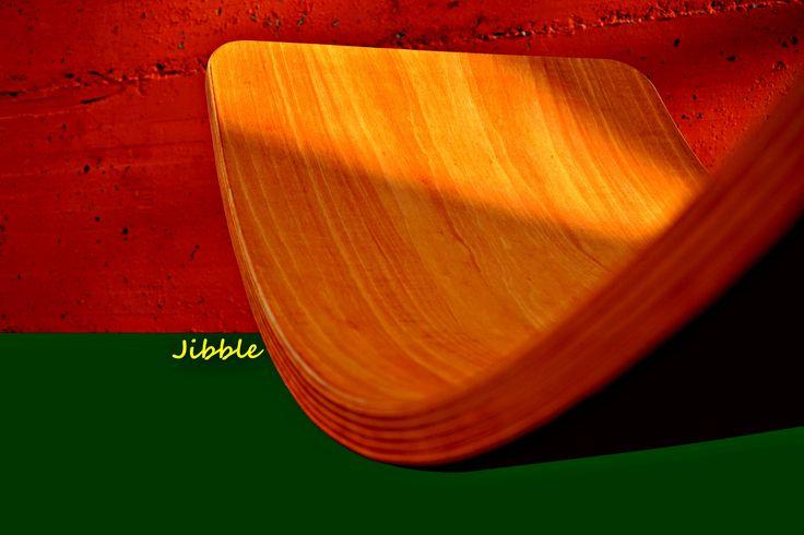 juguete de madera con muchas possibilidades de juego! Que es el Jibble?  El Jibble es una tabla de equilibrio, puente, cueva, rampa, mostrador de tienda, tabla de surf, tobogan o simplemente un sillón de relax!