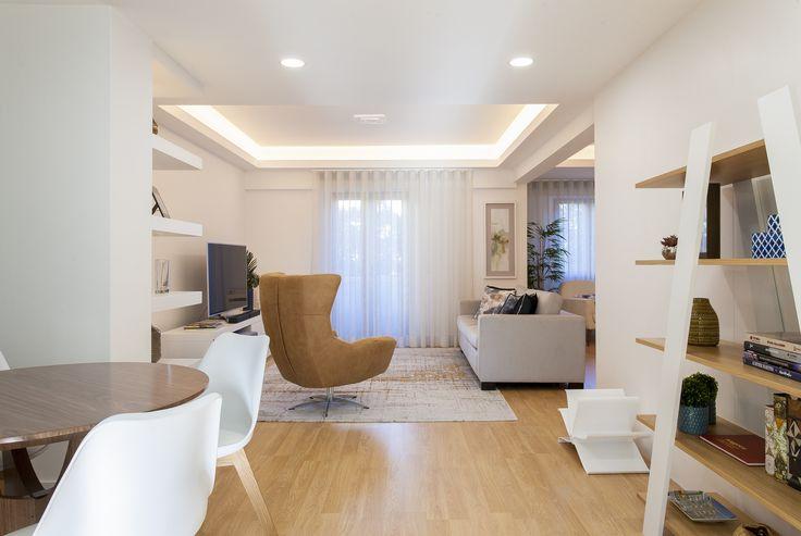 Estante / mesa de madeira / cadeiras / poltrona / tapete / móvel TV / sofá / cortinados / quadro