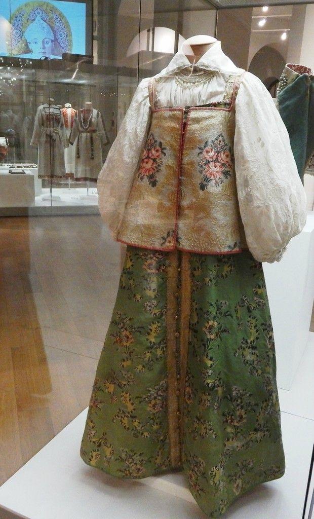 Праздничная женская одежда. Рубаха, сарафан, епанечка, ожерелье. Русские. Россия кон XVIII в Одежда: парча, х/б ткань, узорный шелк, шелк, золотные нити, галун, шерстяная тесьма, шелковый шнурок, х/б нити, кисея, плетеное на коклюшках кружево, металл; ручной пошив, вышивка, плетение.