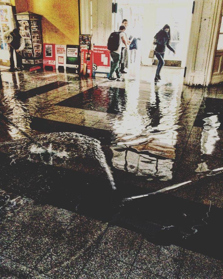 To catch the train you need to swim today! #sonnenallee #regen #überschwemmung #rain #rainyday #rainy #bahnhof #metrostation #berlin #puddle #pfütze #berlinstagram #berlincity #neukölln #neukoelln #neuköllnvibes #ig_berlin #mutprobe #jump #entrance #flooded #regenwetter
