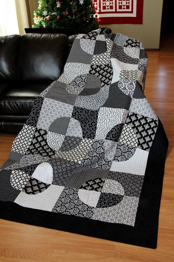 Black and White quilt Broken Coins pattern in a by HouseofdeVeer