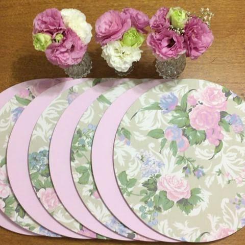 belíssima composição nas capas floral fundo nude e capas rosas lisas
