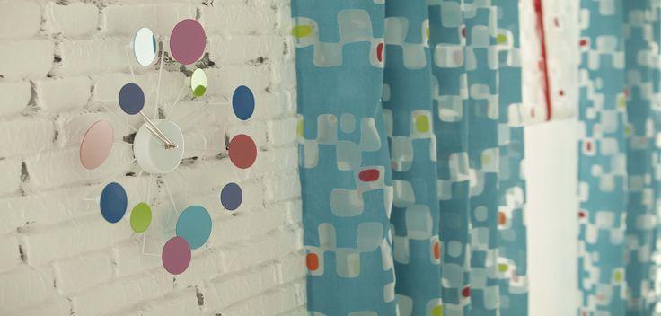 Los colores atrevidos en las cortinas siempre nos ayudan a cambiar el aspecto de una habitación.
