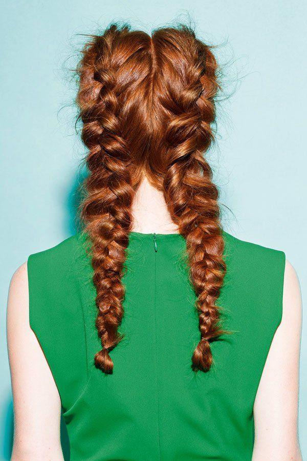"""Und so geht's: Damit der doppelte französische Zopf den Tag übersteht, vor dem flechten eine Portion Volumenpuder im Haar verteilen. Die beiden französischen Zöpfe """"verkehrt herum"""" flechten: Die Haarsträhnen nicht von oben, sondern unten in die Mitte legen. So wird der Zopf schön plastisch.Die schönsten Frisuren, Bilder und Looks seht ihr hier: Frisuren"""