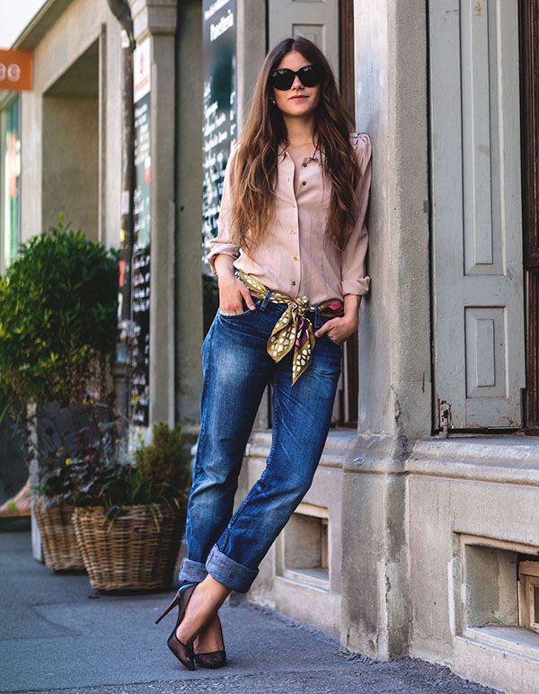 look calça jeans camisa nude e lenço