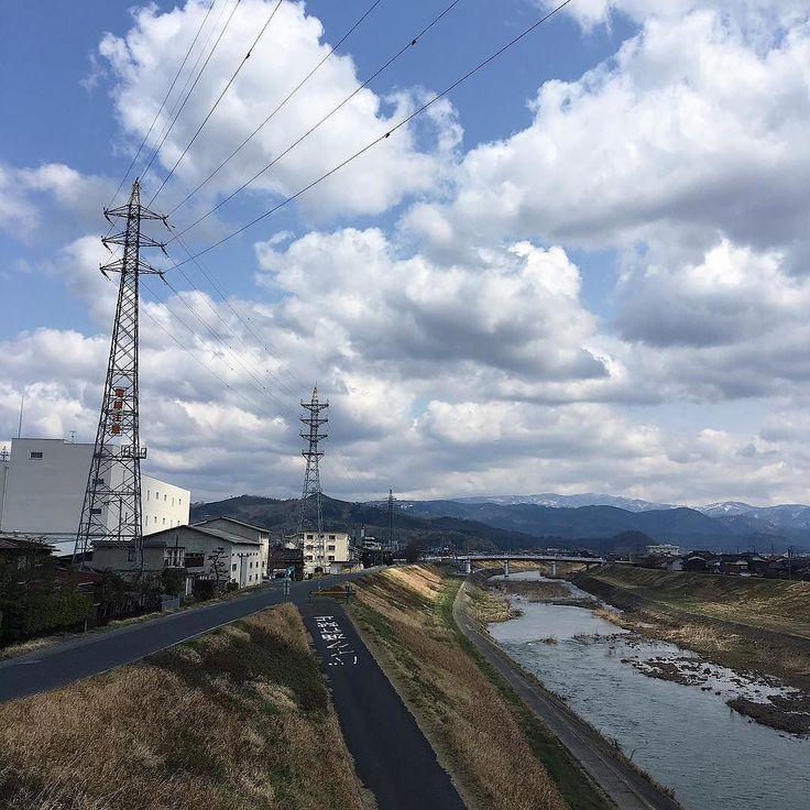 自転車で走っていると出会うほっとする風景空が大きくて清々しいです さて今日はblogも更新しましたプロフィールのリクンクからご覧になれます 今日は五月公開の映画 夜空はいつでも最高密度の青色だについて書きました http://ift.tt/2nutHKO : #vscocam #vscom #vscogram #空 #青空 #blue #cyan #minimal #iphone #春 #spring #tottorisora #鳥取 #鳥取県 #移住