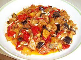 Ingredienti 1 cipolla olio extravergine d'oliva 1 peperone 1 melanzana grande 3 zucchine mezza scatola di pomodori pelati (oppure pomodori freschi) due manciate di olive snocciolate basilico Preparazione tagliare la cipolla grossolanamente , inserirla nel boccale del bimby e tritarla per cinque minuti a velocità 5. Aggiungere l'olio, la melanzana e le zucchine, che precedentemente …