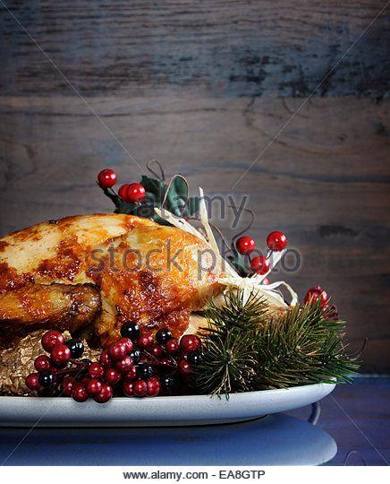 Scrumptious жареная индейка курица на блюде с праздничными украшениями на День благодарения или Рождество обед - Stock Image