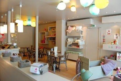 À #Paris, un bar pour enfants : le Poussette Café. Parce que les bars ne sont pas toujours adaptés aux femmes enceintes ou jeunes mamans, Le Poussette Café a décidé de concevoir un café dédié à cette cible bien spécifique. Cette espace, logé au cœur de Paris est en fait un lieu 3 en 1, à la fois: café, boutique et atelier #IdeesLocales http://www.ideeslocales.fr/a-paris-un-bar-pour-enfants-le-poussette-cafe/
