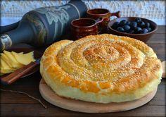 Слоеный пирог по-деревенски - пошаговый рецепт с фото: Очень простой, быстрый в приготовлении, вкусный пирог можно подавать как к чаю, так и в качестве закуски. Нтесто слоеное  1 упаковка яйца куриные  1 шт. кунжут  30 г сыр  100 г оливки  80 г фасоль стручковая  100 г зелень (любая)  несколько веточекачинка... - Леди Mail.Ru