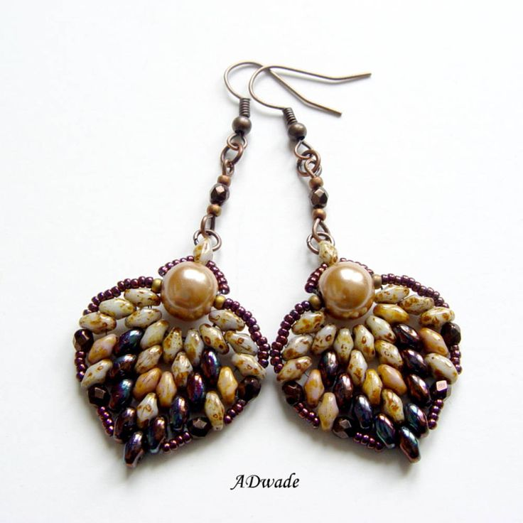 Ručne vyrobené náušnice z kvalitných korálok sú vhodné ako originálny a netradičný darček. Na výrobu náušníc boli použité korálky značky Superduo, Miyuki, voskované perly a ohňovky. Na šiti...