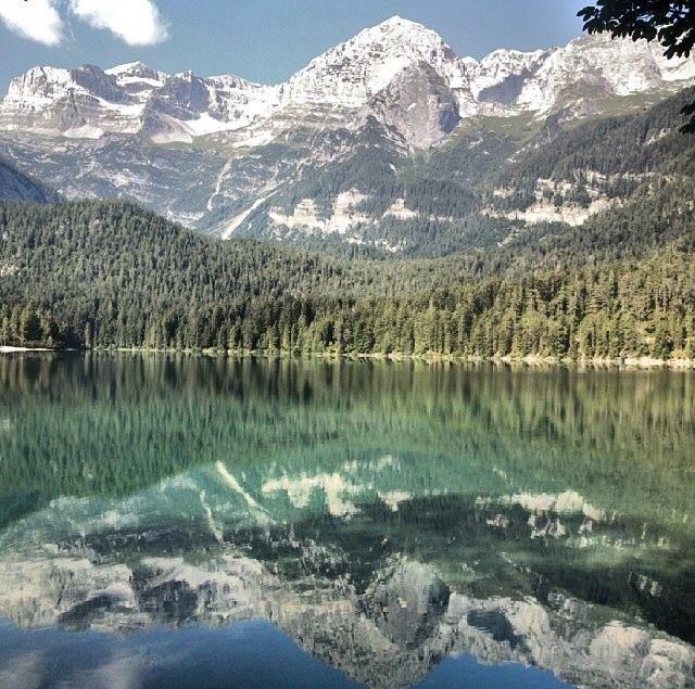 Ecco il bellissimo #lago di #tovel!  Le #montagne ci si #rispecchiano come fosse uno @#specchio!  #visittrentino #lagoditovel #lago #rosso #montagne #trentino #trentinoslowtrek #escursioni #camminare