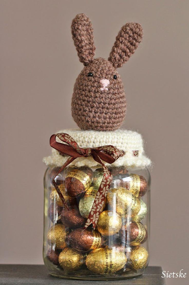 Zou dit paashaasje de eieren kunnen beschermen tegen grijpgrage vingertjes.... nou denk het niet, het is nu wel heeeel verleidelijk om ze o...