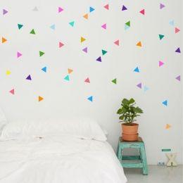 Vinil decoratiu amb triangles de diferents colors. Atreveix-te i decora la teva paret amb el teu propi estil. Enganxa cada triangle com més et vingui de gust; forma cercles, lletres, formes geomètriques o escampa'ls de manera aleatòria.Mesures del vinilMida de la làmina: 60x12 cmMida de cada triangle: 4,5 x 5,5 cmNombre de triangles: 38