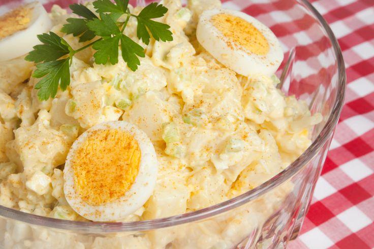 Deliciosa receta de la ensalada de papa tradicional, preparada con mayonesa, crema agria, mostaza y pepinillos. ¡Perfecta para un día de campo!