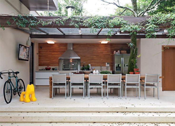 """O piso de pedra golden oásis da varanda se estende até a piscina. """"Quanto mais você unifica os materiais, mais harmonia o projeto ganha"""", diz Consuelo."""