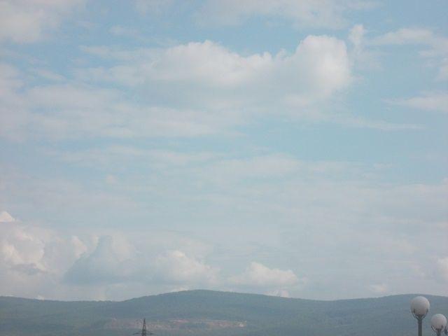 Улететь бы сейчас высоко Елена Овечникова Улететь бы сейчас высоко В облака, что плывут в небе синем. И проплыть на них далеко, Над моей любимой Россией. Заглянуть бы во все уголки Словно в сказку, в страну Берендея, На Смоленские глянуть холмы Передать им привет с Енисея. Пролететь над родимой землей Над полями Смоленщины милой Лен увидеть опять голубой И березовых рощ переливы Улететь бы сейчас высоко С облаками, над милой Рассей Только плачет душа от тоски. Не умею летать, не умею.
