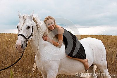 Το κορίτσι στο μαύρο φόρεμα οδηγά στο άλογο