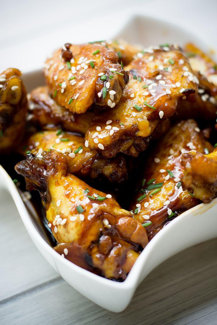 Esta versión de alitas de pollo marinadas, originaria de Corea, te encantará.  Las alitas se marinan en una salsa oriental antes de hornearse y quedan con un toque diferente.
