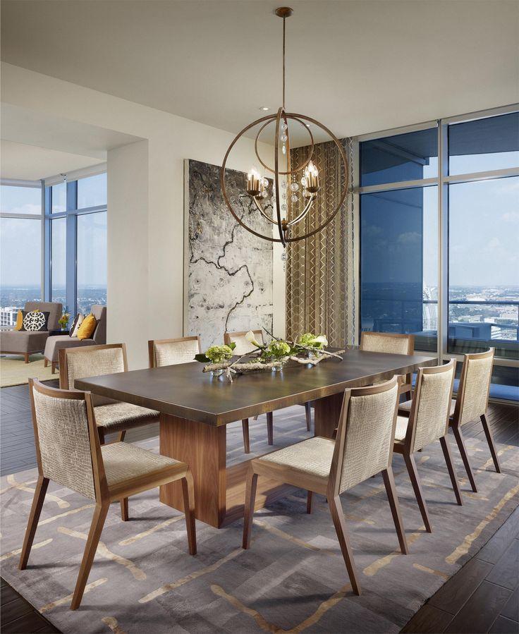 Круглая дизайнерская люстра над обеденной группой -  изюминка интерьера в столовой зоне.