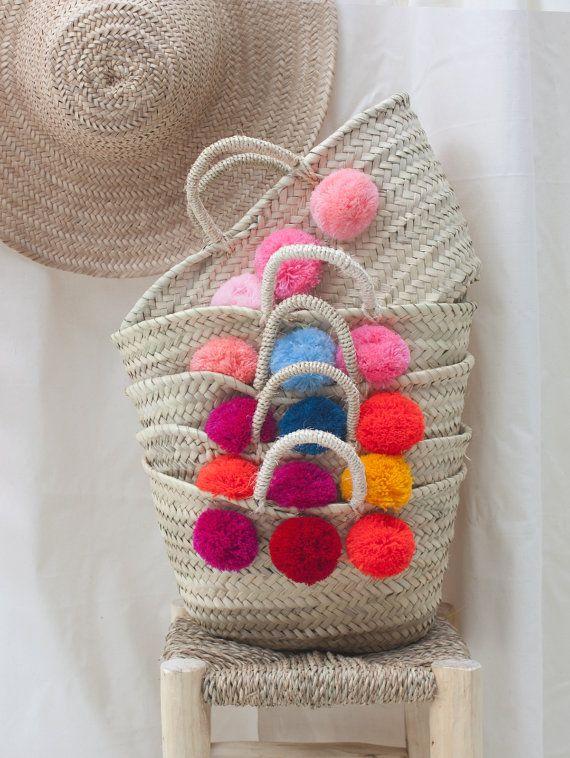 Böhmen-Bestseller!  Unsere farbenfrohen Mini-Pom-Pom-Körbe sind beliebte und vollständig handgemacht, gewebt aus natürlichen Palmen Blatt-Faser und geschmückt mit 6 flauschige wolle Pom Poms (3 auf jeder Seite). Der Griff ist handgefertigt aus Sisal.  Das perfekte dinky Einkaufskorb oder herrlich für ein Kinderzimmer oder Babys Kinderzimmer.  Körbe zu machen eine Eco und nachhaltigen Tasche, eine Fertigkeit, die Jahrhunderte alt ist. Das Material für unsere Körbe wird von der Handfläche Doum…