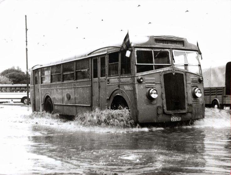 1950 - Κίτρινο λεωφορείο της Η.Ε.Μ διασχίζει πλημμυρισμένο δρόμο.
