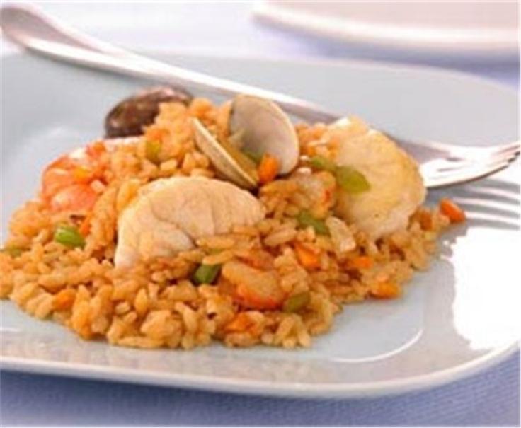 Paella de mariscos con pescado y guisantes. ¡Un clásico!