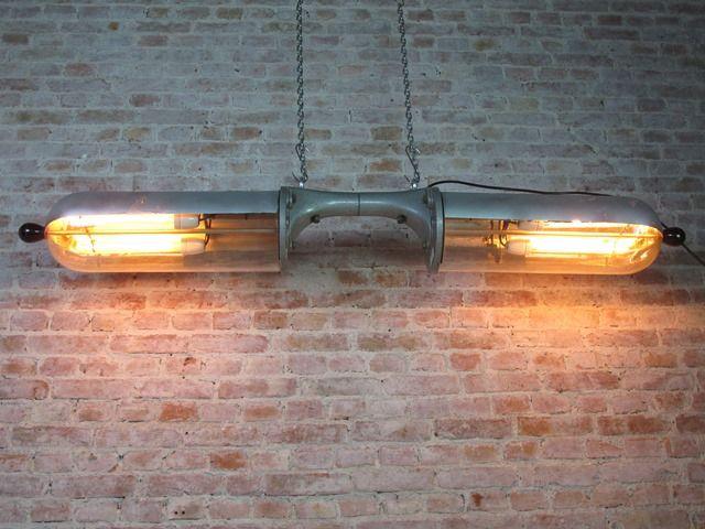 Twee oude lampen zijn samengevoegd om deze zeer bijzondere lamp te verkrijgen. De bovenkant van de glazen koepels is voorzien van spiegelglas en we hebben elke koepel voorzien van 2 porseleinen fittingen met daarin 30cm lange gloeidraadlampen, totaal 4 stuks dus. One of a kind, for sure!De oorsprong van deze lampen is ons onbekend. PGH Leuchtenbau fabriceerde oa straatlantaarns maar daar zijn deze glazen koepels veel te kwetsbaar voor. Ze waren voorzien van TL lampen. Als iemand de…