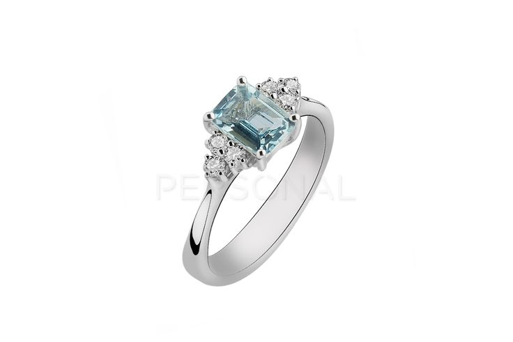 Masivan i elegantan verenički prsten, izrađen od osamnaestokaratnog belog zlata. Zvezda celog prstena je krupni kamen nebesko plave boje, akvamarin, težine 1.00ct. Sa obe strane je ukrašen sa po tri manja bela brilijanta, težine 0.18ct VS/G. Ako vaša izabranica voli krupniji nakit i vedre boje, ovaj elegantan i atraktivan model pravi je izbor za vas.