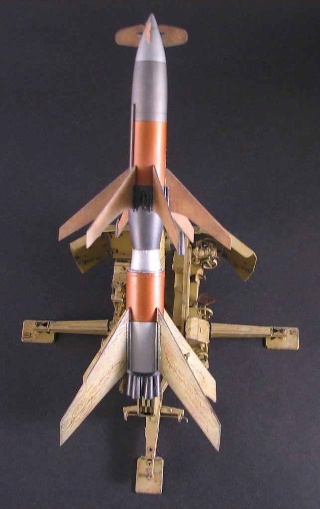 """Die erweiterte Variante der Rheintochter R-I, war die R-II. Die von Gert Brandl aufgegriffen worden ist und auch als Modell umgetzt wird. Folgende allgemeine Infos zu der Rakete, Quelle ist """"Luftarchiv"""": Bei der Rheintochter handelt es sich um eine Fla-Rakete von revolutionärer Charakteristik, welche im November 1942 in Auftrag gegeben wurde, um die deutschen Heeres-Flakbatterien zu verstärken. Sie wurde von einer umgebauten 88 mm Flaklafette 41 mit Hilfe von einer Batterie von 6 Fe..."""