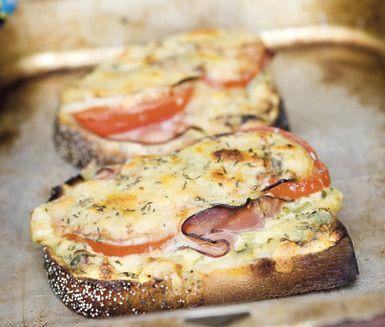 Croque dijonnaise är den perfekta mackan att göra på kvällskvisten när hungern smyger sig fram. Du hackar picklesen och blandar med dijonsenap och crème fraiche. På brödet placerar du röran, skinkan, tomater och ost och låter de värmas i ugnen. Mums!